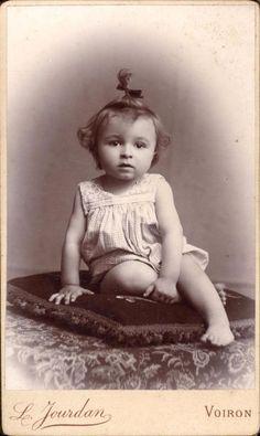 CDV enfant sur coussin noeud dans les cheveux Jourdan Voiron vers 1900