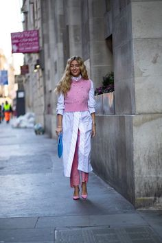 Showgoers Wore Sneakers With Their Dresses Over the Weekend at London Fashion Week - Fashionista Source by Outfits street style Looks Street Style, Spring Street Style, Summer Street, Street Look, Spring Style, Mode Outfits, Stylish Outfits, Fast Fashion, Fashion Looks