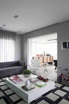 mesa.    http://casavogue.globo.com/Interiores/noticia/2012/05/apartamento-em-sp-tem-perfume-boemio.html