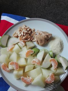 Cashews, peanut butter, shreded coconut, honey melon, tangerines and a pear. This is my kind of delicious and filling breakfast 💕💕💕