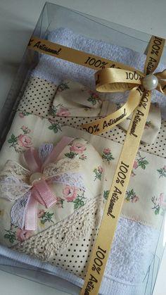 Kit contendo uma toalha de lavabo mais sachê perfumado com essência de algodão, dentro de uma caixinha de acetato medindo 14x20x4