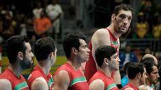Image copyright                  AFP Image caption                                      Mehrzadselakjani es el jugador de voleibol sentado y uno de los hombres más alto del mundo.                                Para Morteza Mehrzadselakjani, el jugador de voleibol más alto del mundo, nada fue fácil.  Este hombre iraní de 29 años mide 2,46 metros y es hoy una de las estrellas de los Juegos Paralímpicos de Río de Janeiro. Mehrzadselakjan
