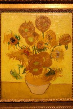 Het heldere geel en groen in deze versie van zijn Zonnebloemen uit 1889 is met brede rode en mauve banen verlevendigd. Een eerdere versie van dit schilderij hing bij Vincent in zijn slaapkamer in Arles. Zijn vriend Gaugain vond het schilderij zo prachtig dat hij bij zijn terugkeer naar Parijs aan Van Gogh vroeg of hij het mocht hebben. Maar Van Gogh wilde het niet weggeven en besloot daarom de voorstelling nogmaals te schilderen. Hij slaagde er in om nog beter een harmonie te bereiken