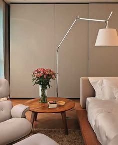 Poltrona e banqueta Charles Eames (Desmobilia) convidam ao relax. Charles Eames, Desk Lamp, Table Lamp, Sweet Home, Hygge, Home Furniture, House Design, Living Room, Bedroom