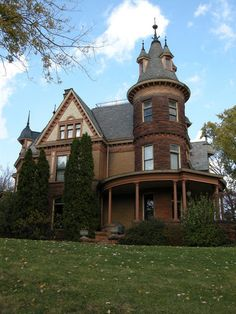 Henderson Castle, one of the most haunted places in Michigan.Mount Pleasant Mi that's 25 mins from me! Abandoned Houses, Abandoned Places, Old Houses, Haunted Houses, Haunted Castles, Abandoned Castles, Abandoned Mansions, Most Haunted Places, Spooky Places
