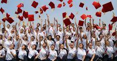 Estudantes jogam seus capelos ao ar durante cerimônia de formatura em escola na província de Hebei, no norte da China. Mais de 1.400 alunos, com idade de 18 anos, participaram da cerimônia.  Fotografia: Fu Xinchun / Xinhua.  http://noticias.uol.com.br/album/album-do-dia/2016/05/18/imagens-do-dia---18-de-maio-de-2016.htm?abrefoto=6#fotoNav=5