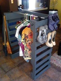 Dressing & DIY shoe rack with pallet! 12 ideas to see . Here's to you today 12 ideas to build a small dressing or a shoe rack by recycling pallets! Get inspired by these 20 photos . Pallet Crates, Old Pallets, Wooden Pallets, Pallet Wood, Recycled Pallets, Pallet Ideas, Pallet Projects, Ideas Palets, Pallet Closet