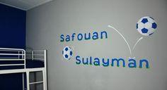Muurtekst in voetbal thema met naam op muur. Speels en beetje stoer voor in een jongenskamer. Een voetbalspeler kan er ook bij geschilderd worden door BIM Muurschildering. mural - name on wall