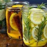 Een goede manier om het lekker te laten ruiken in je huis: vul een mooi jampotje met fruit en/of kruiden en giet er heet water op.