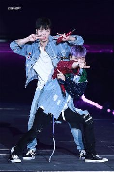 Junhoe and Bobby dancing together in Best Friend Pop Music Artists, K Pop Music, Ikon Debut, Ikon Wallpaper, Funny Boy, Hanbin, Day6, Yg Entertainment
