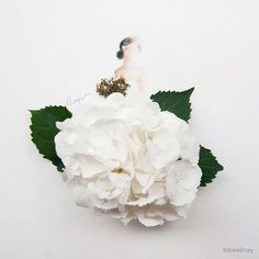 Singapore based artist Lim Zhi Wei has a unique artistic talent where she combines water color illustrations with flowers and petals. She seamlessly integrates drawings and flowers to showcase themes in fashion and nature. Arte Fashion, Floral Fashion, Whimsical Fashion, Fashion Fashion, Arte Floral, Real Flowers, Beautiful Flowers, White Flowers, Art Flowers