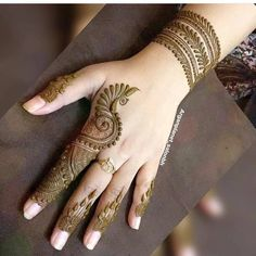 Legs are a very beautiful canvas for showcasing Mehndi. It is a tradition for the Indian bride to apply mehndi both on the hands and the legs. And this art is not just for brides, anyone willing to… Finger Henna Designs, Mehndi Designs For Beginners, Mehndi Designs For Fingers, Henna Tattoo Designs, Indian Mehndi Designs, Modern Mehndi Designs, Latest Mehndi Designs, Mehandi Designs Arabic, Legs Mehndi Design