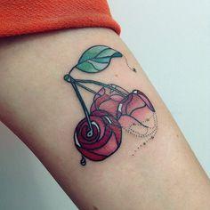 Alisa Tesla cria tattoos com linhas orgânicas ao se inspirar com a natureza