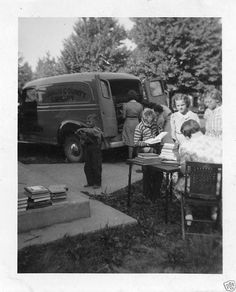 a trashcan & a picnic table. Grand Rapids Michigan, Michigan Usa, Michigan Travel, Antique Photos, Old Photos, Vintage Photos, Mobile Library, History Of Photography, Old Soul