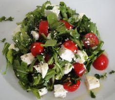 Ingredientes:    1 fatia de ricota fresca ( cortada em cubinhos pequenas)   tomates cereja   folhas derúcula   salsinha (picada)   Sal,...
