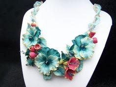 """Collier floral """"Bouquet de pensées"""" modelé en porcelaine froide : Collier par artmor-bijoux"""