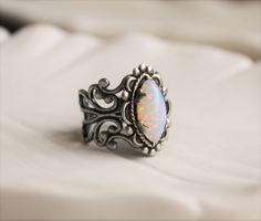 Stift Feueropal Navette filigraner Ring in Antik Silber. Dieses schöne Vintage Glasstein misst 15x7mm. Cabochon sicher in einem dekorativen Krappenfassung gesetzt. Dieser Ring ist verstellbar und passt einer Größe 5-7 am besten. Alle Metallteile in den USA hergestellt.  Besuchen Sie mein Geschäft heute um andere tolle Artikel zu sehen. :) http://www.etsy.com/shop/WearitoutJewelz  ♥ Liebe kundenspezifische Aufträge. :) Ich werde gerne jede passende Ohrringe, Haarspangen, Ke...
