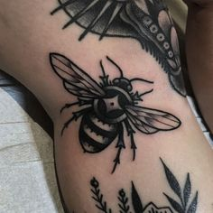 Bumble bee filler for Amanda Bumble bee filler para Amanda Tattoo Bein, Bug Tattoo, Insect Tattoo, Sleeve Tattoos For Women, Tattoos For Guys, Traditional Tattoo Bee, Traditional Tattoo Black And White, Tattoo Knee, Body Art Tattoos