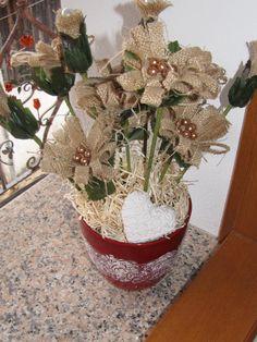 ciao a tutti.questo vaso di fiori è stato fatto con stoffa in juta,perline e ho decorato il vaso con pittura 3d.infine ho aggiunto paglia e un cuoricino di ceramica