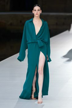 Valentino Fall Winter 2021-22 Haute Couture fashion show 'Valentino Des Ateliers' in Venezia, Italy (July 15, 2021). Fashion News, Fashion Show, Fashion Beauty, Haute Couture Fashion, Couture Collection, Celebrity Style, Cover Up, Runway, Gowns