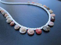 Collane con le conchiglie - Conchiglie colorate sulla collana
