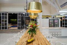 Casa predominada por las tonalidades claras, espacios abiertos y despojados, donde la cocina acromática se mimetiza en el espacio.