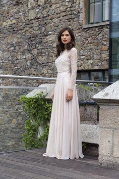 Ballkleid von Sposa Toscana. Mit Perlen und Pailetten besticktes Abendkleid. Wedding Dresses, Fashion, Environment, Dress Wedding, Marriage Dress, Gown Dress, Beads, Bride Dresses, Moda