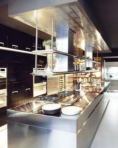 Arclinea modelo Convivium, acabado en acero inoxidable http://www.nuevo-estilo.es/extra/especial/99/cocinas/1a_9.shtml