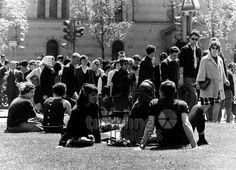 Studenten vor der Universität München, 1962 Hubertus Hierl/Timeline Images #München #Munich #Universität #Menschenmasse #60s #60er #youth #Jugend #Jugendliche #Protest #Hippie #Hippies #68er #Studentenbewegung #Rebellion #Emanzipation Timeline Images, Munich, Concert, Students, Young Adults, Nostalgia, Concerts, Monaco