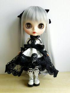 Blythe robe, Style gothique, tissu crème et noir manque, OOAK