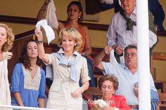 Esperanza Aguirre y Gil de Biedma, condesa consorte de Bornos y grande de España (Madrid, 3 de enero de 1952), es una política española, militante del Partido Popular, y fue la presidenta de la Comunidad de Madrid desde el 21 de noviembre de 2003 hasta el 26 de septiembre de 2012. Licenciada en Derecho y técnico de Información y Turismo del Estado, ha sido ministra de Educación y Ciencia (1996-1999), presidenta del Senado de España (1999-2002)