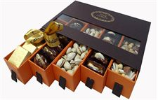 Online Gifts Delivery Shop In Dubai Chocolate Box Packaging, Cookie Packaging, Gift Box Packaging, Packaging Design, Chocolate Boxes, Packaging Ideas, Ramadan Gifts, Ramadan Mubarak, Birthday Gift Delivery