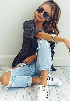 summer outfits Black Shirt + Destroyed Jeans + White Sneakers