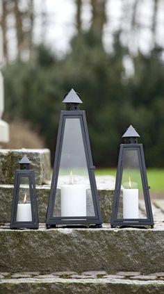 Lanterner skaber en hyggelig stemning i haven og byder gæster velkommen ved fordøren. #lanterner #hyggeihaven #lysihaven #lantern #lightinthegarden #gardenatmosphere #nordicliving #plantorama