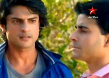The episode starts with a beautiful puja scene and the entire clan praying for Saras in their own special way! Saras asks the Lord to restore his faith by reuniting him with his lost brother. Kumud asks God to bless her soul mate, a man she had taught how to love and live, but who still harbored a loneliness that would be filled if he finds his brother.