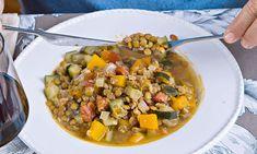 As lentilhas estufadas podem ser servidas como prato principal, acrescentando linguiça e uma salada fresca.