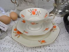*1 bezauberndes Sammelgedeck / Kaffeegedeck / Teegedeck*  Art Deco Design. Wunderschön, mit goldenem Randdekor und Streublümchen verziert. Teeschale / Kaffeeschale mit Innen- und Assendekor,...