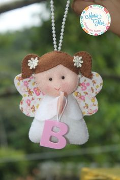 Anjinha confeccionada em feltro, perfumada e ideal para lembrancinha de batizado.