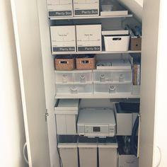階段下は可動棚を使って収納スペースにしています。 コメント返信  nekomusumeさん nekomusume 2014-10-22 11:51:29 わー!私の理想的な階段下収納です〜(^^) 私も可動棚を取り付けたいのですが、壁に下地が入っていないので石膏ボードに取り付けると強度が…アンカー付けたらいけるのかな?もし差し支えなければ、どうやって取り付けたのか教えてもらえますか? コメント返信  yunさん yun 2014-10-22 12:36:03 こんにちわー♡昨日、ゼロキューブの現場見学会行ってきました!ほんとにかわいすぎて、決めちゃいそうでした笑 フロアーって モミの木にしましたか?.°⋆· コメント返信  whitecubeさん whitecube 2014-10-22 13:09:47 @nekomusume さん ありがとうございます(*^^*) 私の場合、建築時に、可動棚をつけたいと思ったところにはすべて指示して下地を入れてもらいました。参考に収納/階段下収納/棚のインテリア実例 - 2014-10-22 11:32:25…