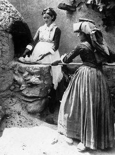 Sardenian Women Baking Bread at Oven - 1920    #TuscanyAgriturismoGiratola