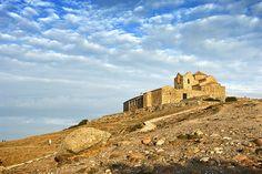 Monestir romànic de Sant Llorenç, situat al cim de la Mola, dins el Parc Natural de Sant Llorenç del Munt, entre les comarques del Bages i el Vallès Occidental (Catalonia)