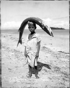 """Gian Paolo Barbieri """"Child with Head Fish (Madagascar)"""" We Are The World, People Of The World, Black White Photos, Black And White Photography, Pays Francophone, Pose, Madagascar, Belle Photo, Vintage Photos"""