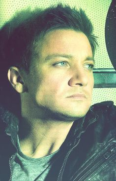 Jeremy Renner has the most perfect face!