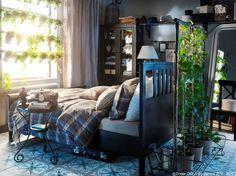 Ai visat vreodată la grădinile suspendate ale Semiramidei? Acum poți să îți vezi visul cu ochii transformându-ți dormitorul într-o mică grădină.  FEJKA plantă artificială în ghiveci SOCKER ghiveci EKTORP pernă lombară BENZY husă pilotă și fețe de pernă HEMNES cadru pat  www.IKEA.ro