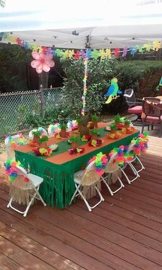 How to plan the perfect party without losing your mind. Birthday parties, bridal showers, baby showers, and other events. Lilo and Stitch luau birthday party. Table decorations and food - Canik BR Aloha Party, Luau Theme Party, Hawaiian Luau Party, Hawaiian Birthday, Party Themes, Hawaiin Theme Party, Hawiian Party, Tiki Party, Moana Party