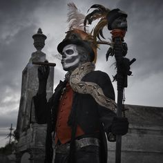 what Keith needs to dress up as for our Halloween Baron Samedi - grave yard Baron Samedi, Halloween Chic, Voodoo Halloween, Voodoo Party, Professional Halloween Costumes, Halloween Potions, Halloween 2014, Halloween Themes, Voodoo Costume