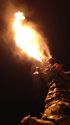 LONG MA ! Le Cheval-Dragon géant des ateliers des Machines de l'île. Nantes, mardi 26 aout 2014, le soir. Privilège !  Il se cabre, crache du feu et de la fumée par ses naseaux et sa gueule. Et il galope... et très vite, même ! Derniers essais, avant le départ pour Pékin où il fera son show avec l'Araignée géante. Il y restera probablement.