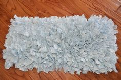 T-shirts would make this really soft too. Ingenious idea for making a Rag Rug - with a surprising dollar store material: sink mats with a grid in them to hold fabric pieces. Cute Crafts, Crafts To Make, Arts And Crafts, Diy Crafts, Recycle Crafts, Towel Crafts, Dollar Store Crafts, Dollar Stores, Diy Projects To Try