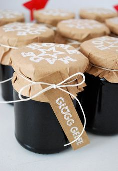 mamas kram: Weihnachten- Must find recipe for Glogg Gelee for Christmas Wrapping Gift, Christmas Gift Wrapping, Best Christmas Gifts, Diy Food Gifts, Edible Gifts, Jar Gifts, Caramel, Jam And Jelly, Pots