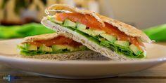 Jusia gotuje ...: Kanapka z wędzonym łososiem i awokado. / Sandwich ...